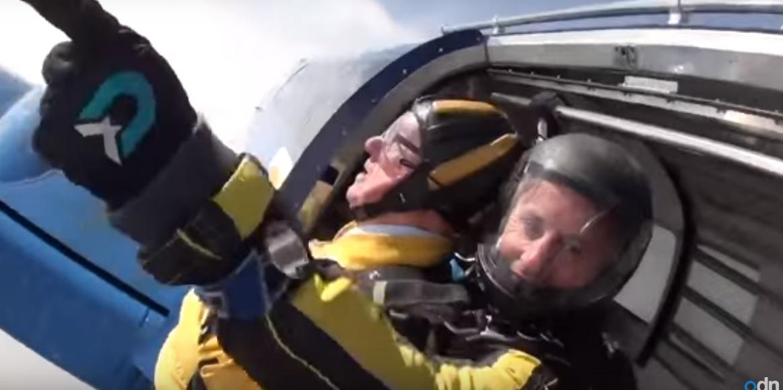 Столітній британець стрибнув із парашутом у свій день народження (відео)