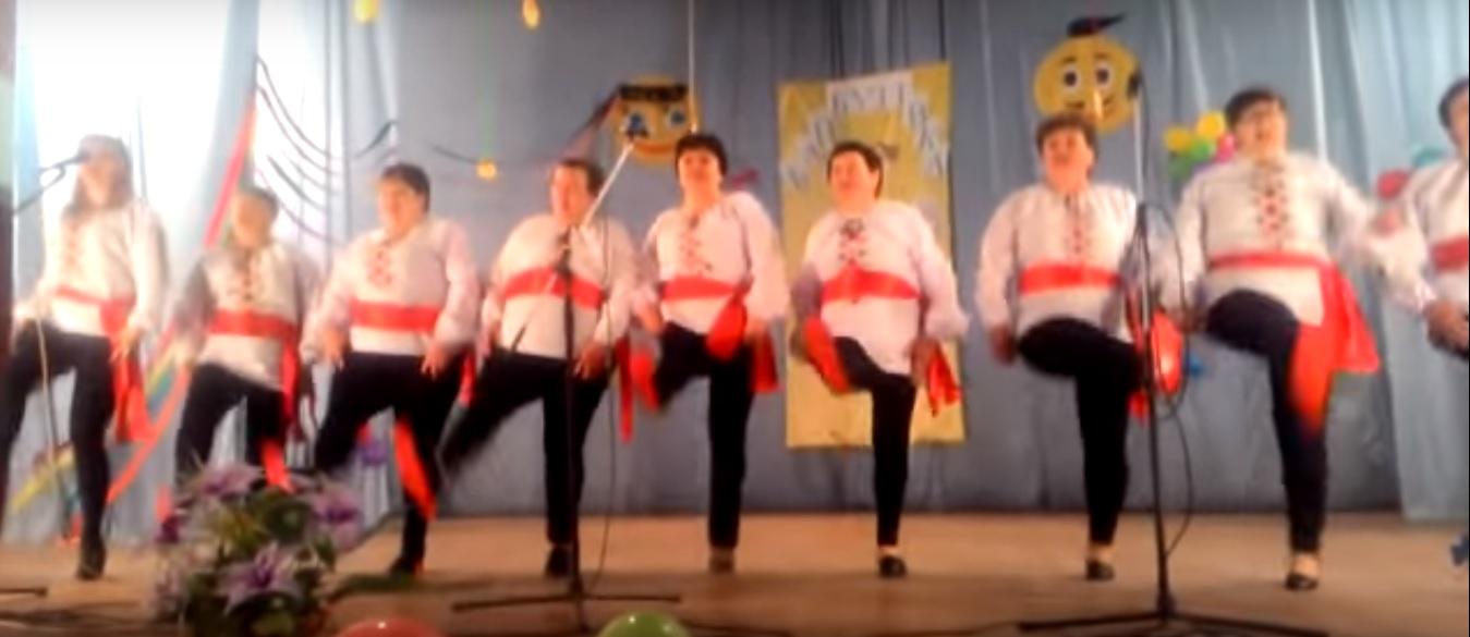 Під Одесою хіт російської групи «Ленинград» виконали на «лабутенах» і в вишиванках (відео)