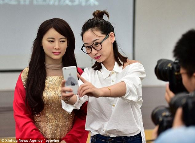 Китайські вчені створили жінку-робота (відео)