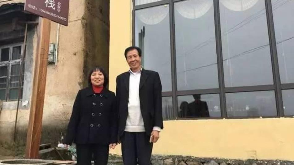 Китайський мільйонер відмовився від багатства заради простої фермерки