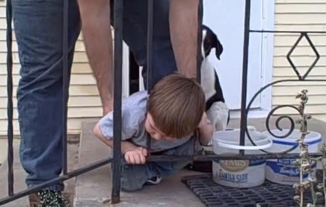 Мережу вразило відео з хлопчиком, який зміг у незвичний спосіб дістати застряглу між прутів голову