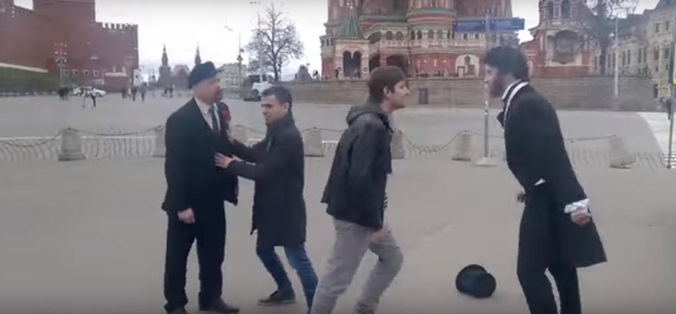 У Мережі набуває популярності відео бійки між «Пушкіним» та «Леніним» на Красній площі Москви