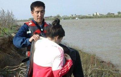 Жителька  Казахстану за 50 кухлів пива перепливла річку Урал у розпал повені