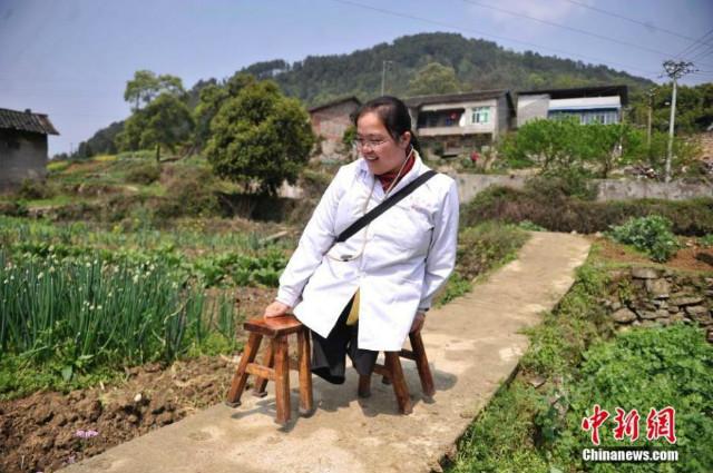 У Китаї сільський лікар без ніг відвідує пацієнтів за допомогою табуреток