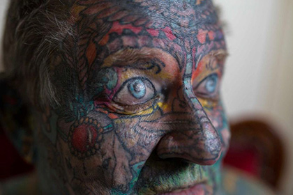 Hаркодилер з Австралії, який «зав'язав»,  покрив своє тіло татуюваннями