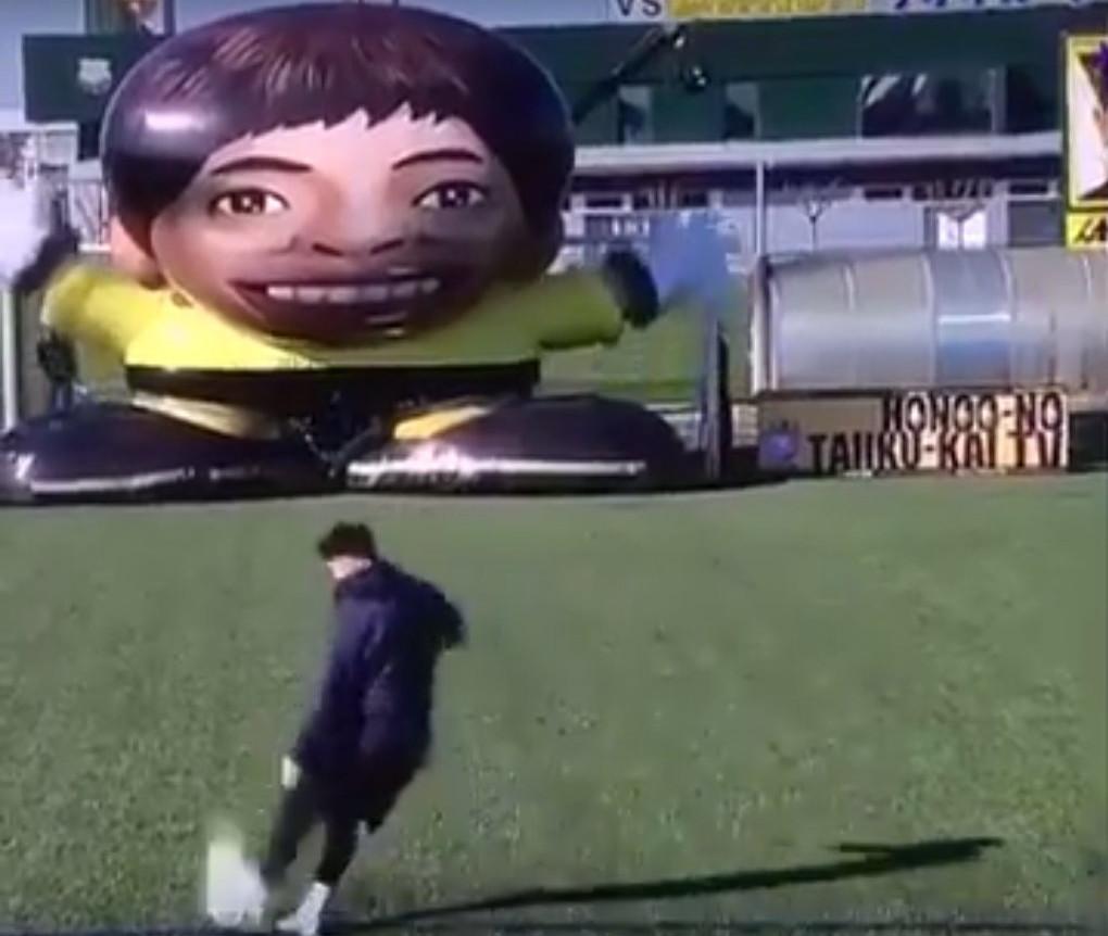 Мессі обіграв гігантського робота-воротаря (відео)