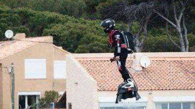 Французький винахідник встановив світовий рекорд з дальності польоту на літаючій дошці (відео)