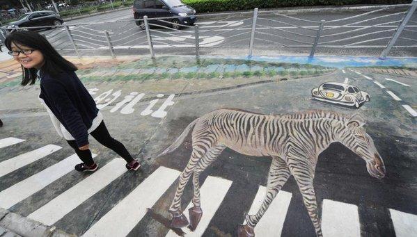 На переході в Шанхаї поліцейські намалювали справжню зебру
