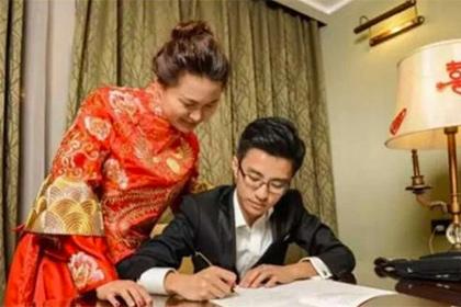 Китайські молодята присвятили першу шлюбну ніч переписуванню Конституції