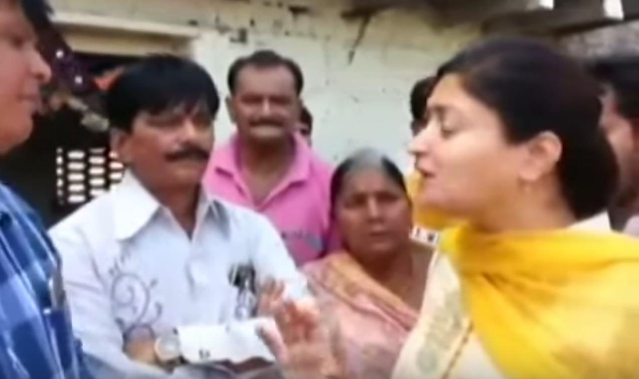 Індійський депутат провалився під землю прямо під час інтерв'ю (відео)