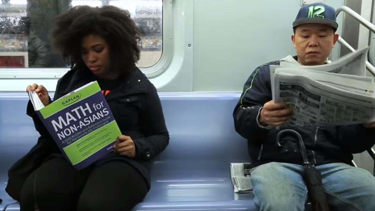 Американський комік показав реакцію людей на читання непристойних книжок (відео)