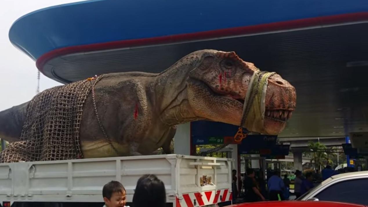 У Таїланді механічний  тиранозавр застряг у пробці (відео)