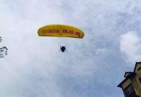 Китайський парашутист застряг на дереві під час пропозиції руки та серця