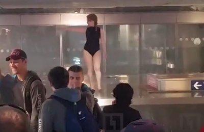 Росіянка влаштувала еротичне дефіле на стрічці видачі багажу в аеропорту «Домодєдово» (відео)