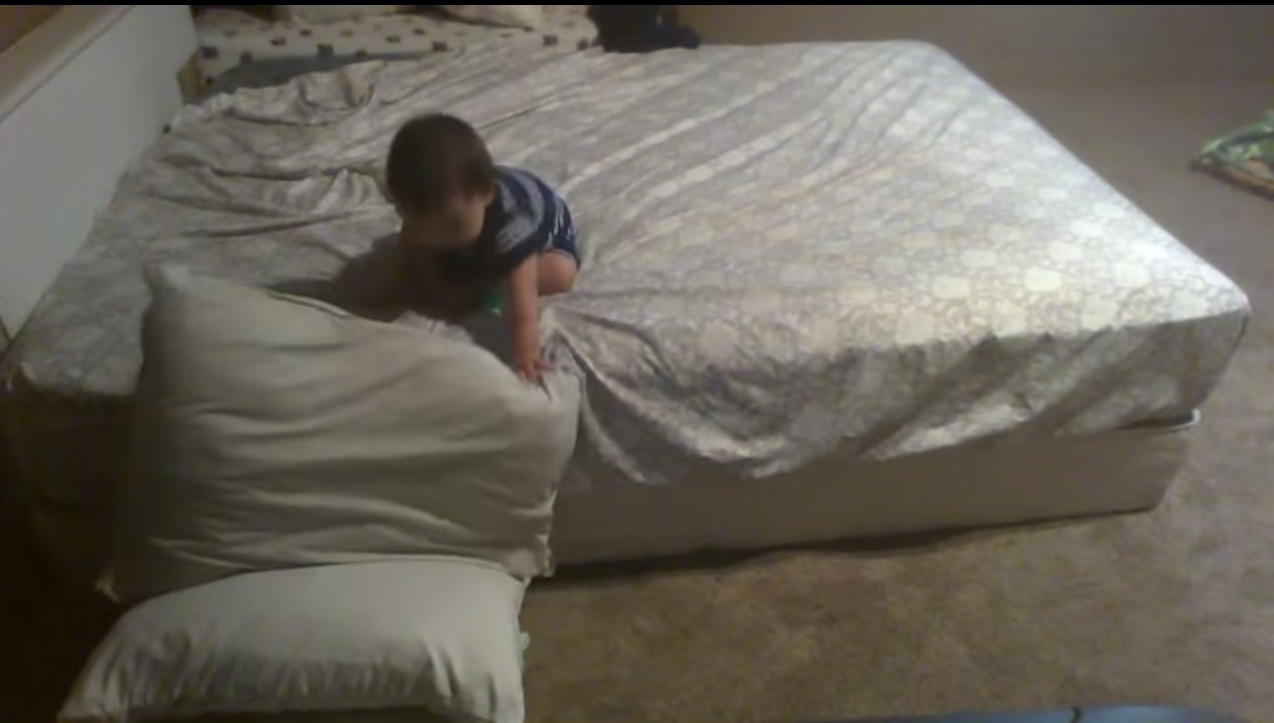 Мережу підкорило відео про малюка-«скелелаза»