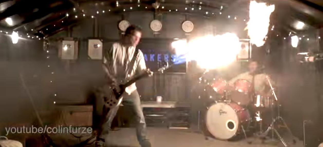 Британський винахідник зробив гітару-вогнемет з «Божевільного Макса» (відео)