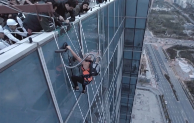 Американка здійснила сходження на хмарочос за допомогою пилососа (відео)