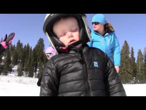 Мережу підкорило відео з малюком-лижником, який заснув, ледь доїхавши до кінця гірської траси