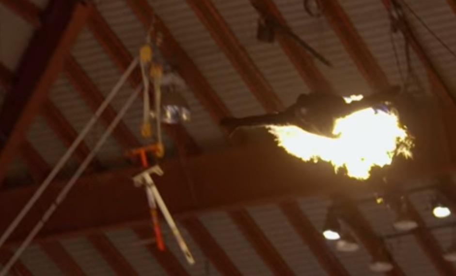 Американський каскадер перетворився в палаючу стрілу і пролетів 30 метрів (відео)