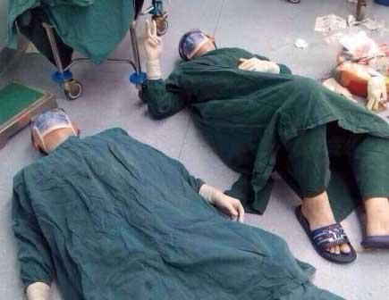 Троє китайських хірургів впали в операційній від знесилення після 32-годинної операції (фото)