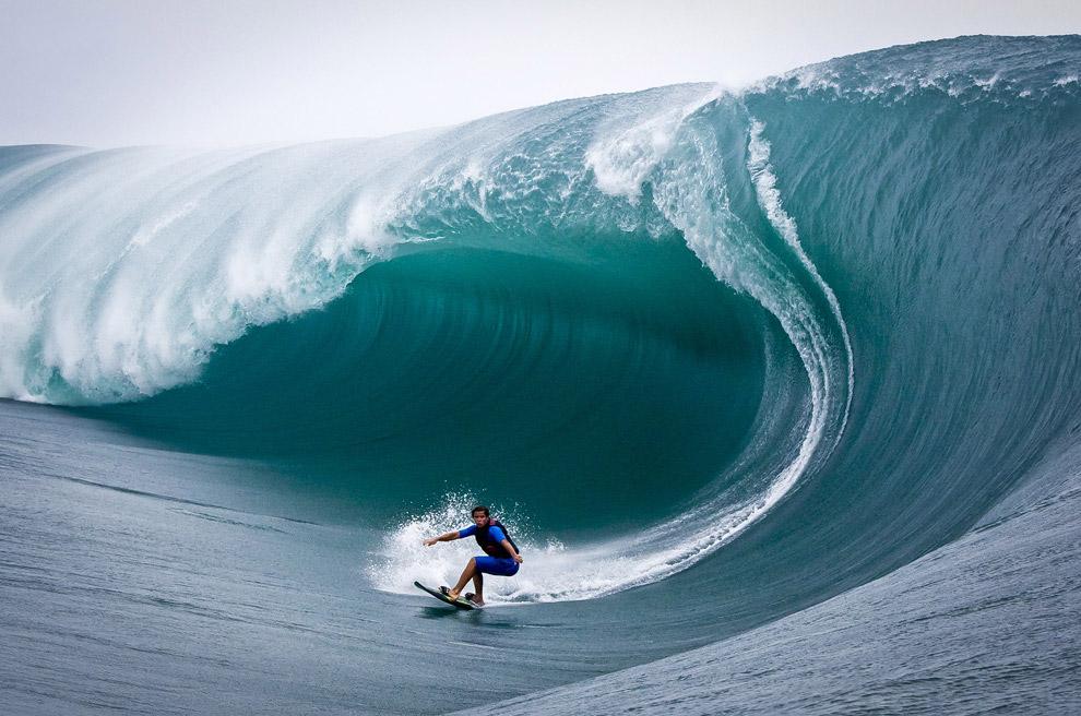 Адреналін зашкалює: серфери грають зі штормом (відео)