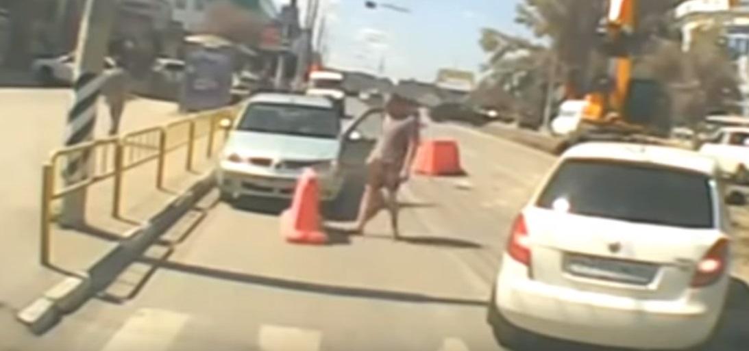 Російські водії влаштували «змагання» зі штовхання дорожніх конусів