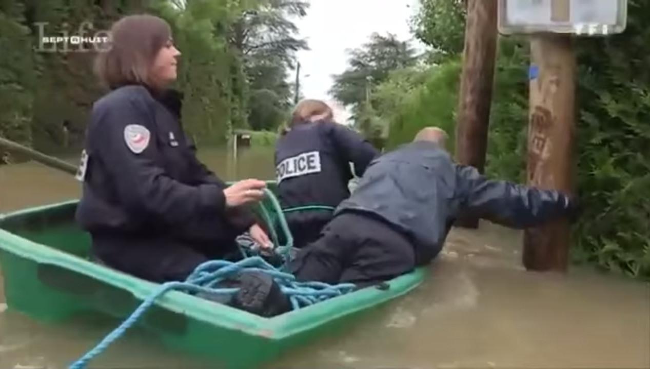 Мережу «підірвало» відео з незграбними французькими поліцейськими, які втопили свого човна