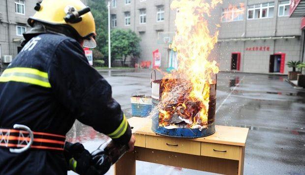 Китайські пожежні показали, як загасити загоряння «Кока-колою» (відео)