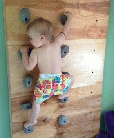 Мережу вразило відео з немовлям-скелелазом, яке ще не навчилося ходити