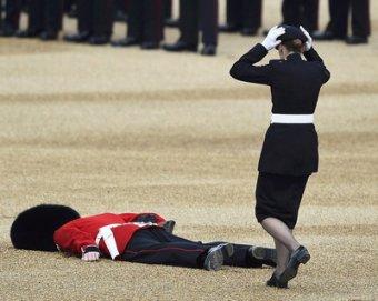 На святкуванні ювілею Єлизавети II знепритомнів гвардієць (відео)