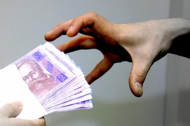Злитки золота, гроші, цінності виявлено у кабінеті начальника територіального сервісного центру МВС України