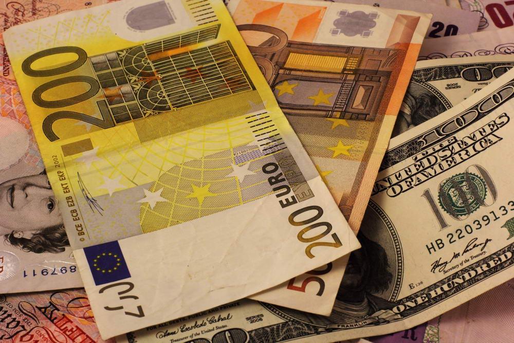Євро дешевшає, долар дорожчає