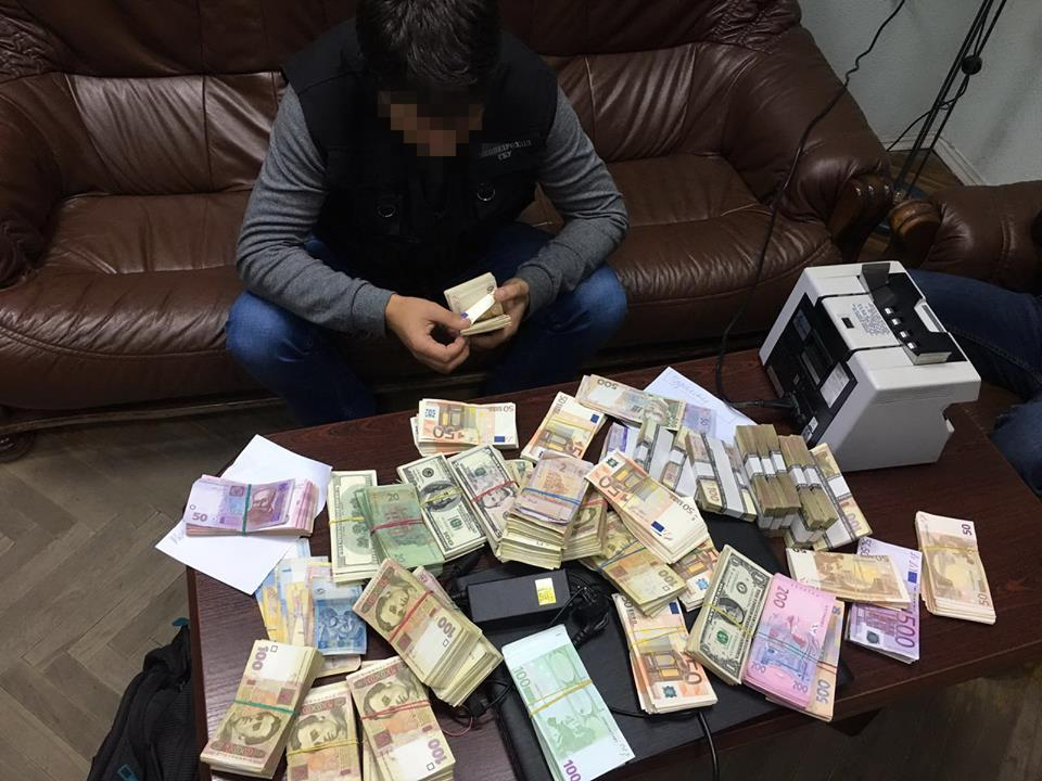 В Одесі місцевий бізнесмен виводив кошти підприємців-імпортерів через зареєстровані офшорні компанії