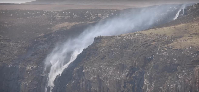 Шотландський водоспад став текти знизу вгору (відео)