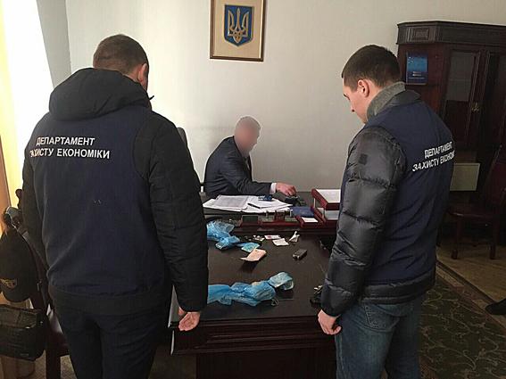 Одного з керівників Львівської митниці затримали на хабарі у 420 тисяч гривень
