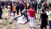 Трунарі забрали тіло померлого прямо з похорону, бо його родина не заплатила їм (відео)