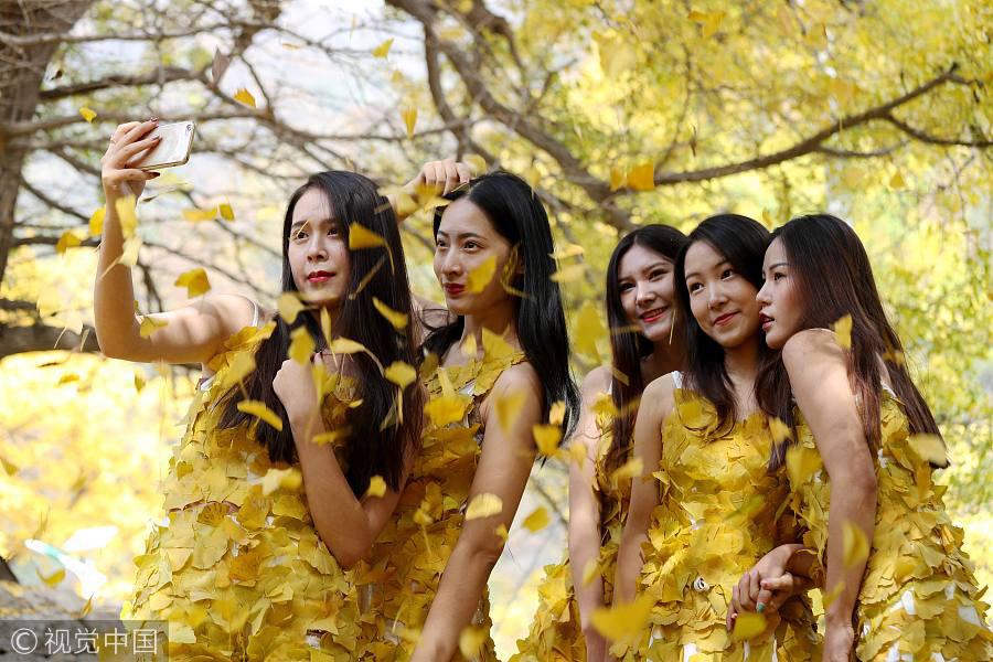 Студенти китайського коледжу носять золотистий одяг, виготовлений з листя гінгко