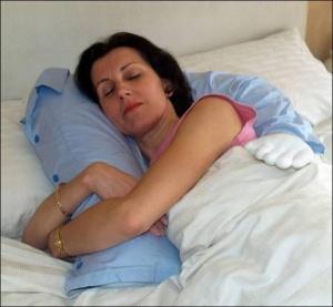 Подушка для самотніх жінок імітує обійми