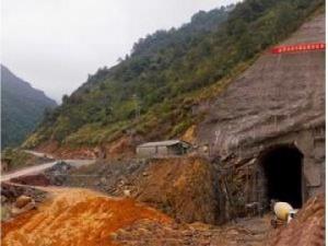 Індус 14 років довбав у горі тунель для парковки свого трактора