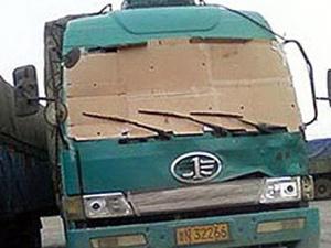 У КНР водій їхав з картоном замість лобового скла