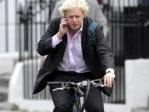 Мер Лондона на велосипеді розполохав хуліганок
