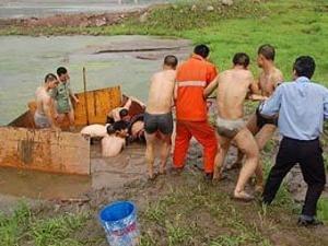 Сором'язливого китайця сім годин діставали з річки Янцзи