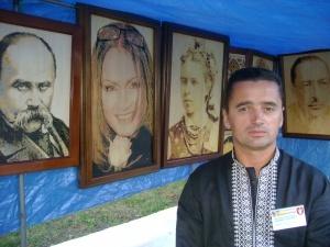 Майстер із Луцька виготовляє портрети за власною технологією