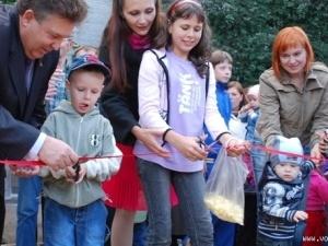 Анатолій Грицюк подарував лучанам дитячий майданчик