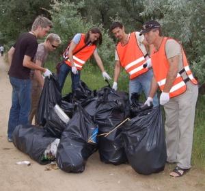 Молодь гуляє і після себе сміття залишає