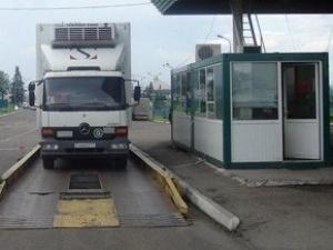 На Ягодинській митниці у водія конфіскували вантажівку за контрабанду сигарет
