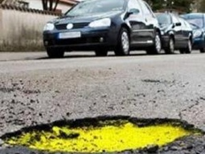 """Італійські студенти """"вирішили"""" проблему дорожніх вибоїн"""
