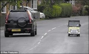 Британець їздить на найменшій у світі машині
