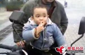 Дворічний китайський хлопчик викурює по пачці цигарок на день