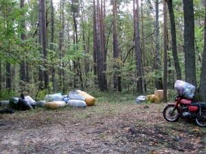 Біля кордону з Білоруссю прикордонники виявили лісника, мотоцикл та клунки з одягом